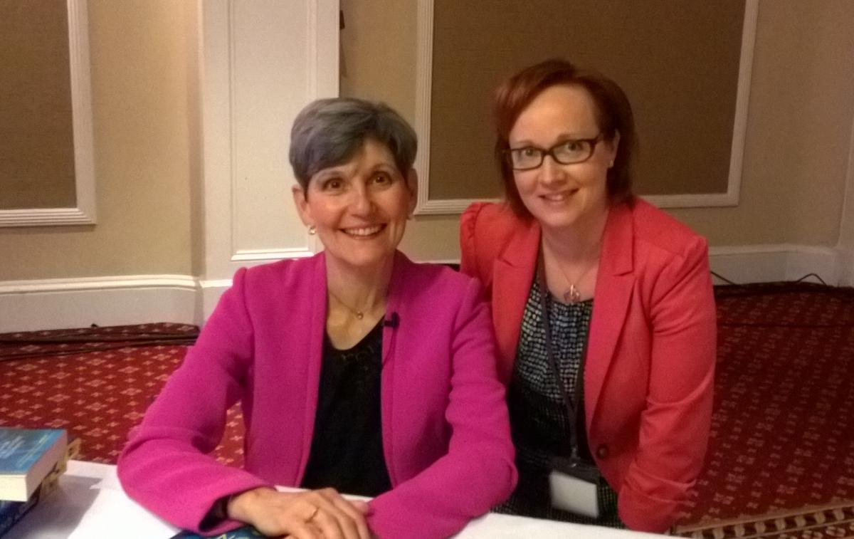 Tutkija, toimittaja ja Best Seller -kirjailija Lynne McTaggart sekä Albedocin reportteri Sari Ilvonen.